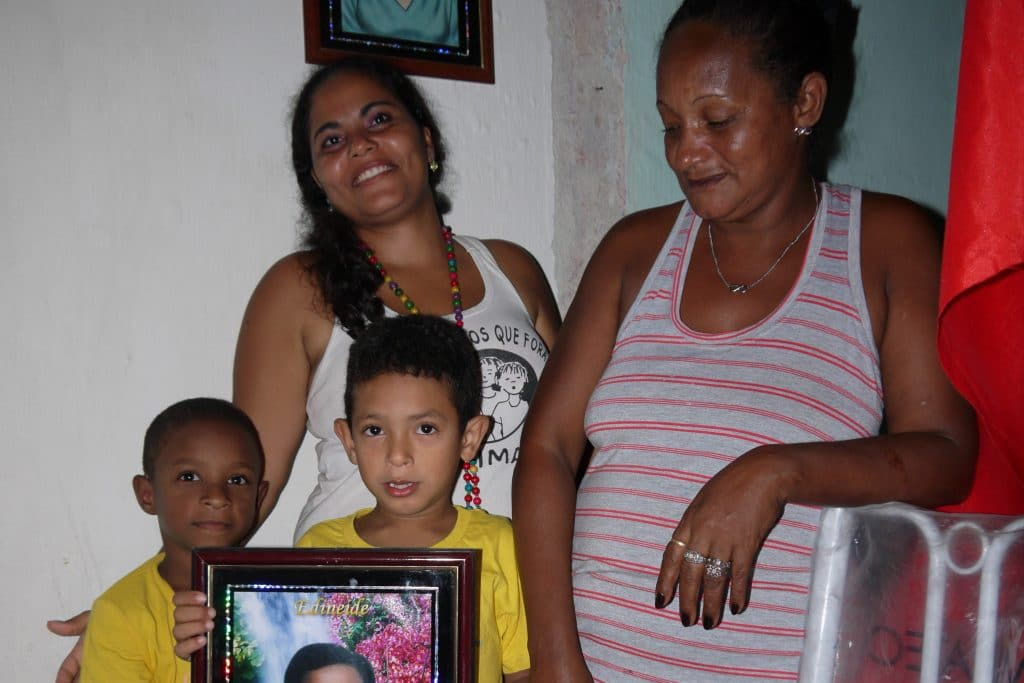Eine Familie zeigt das Foto ihrer getöteten Tochter und Schwester.