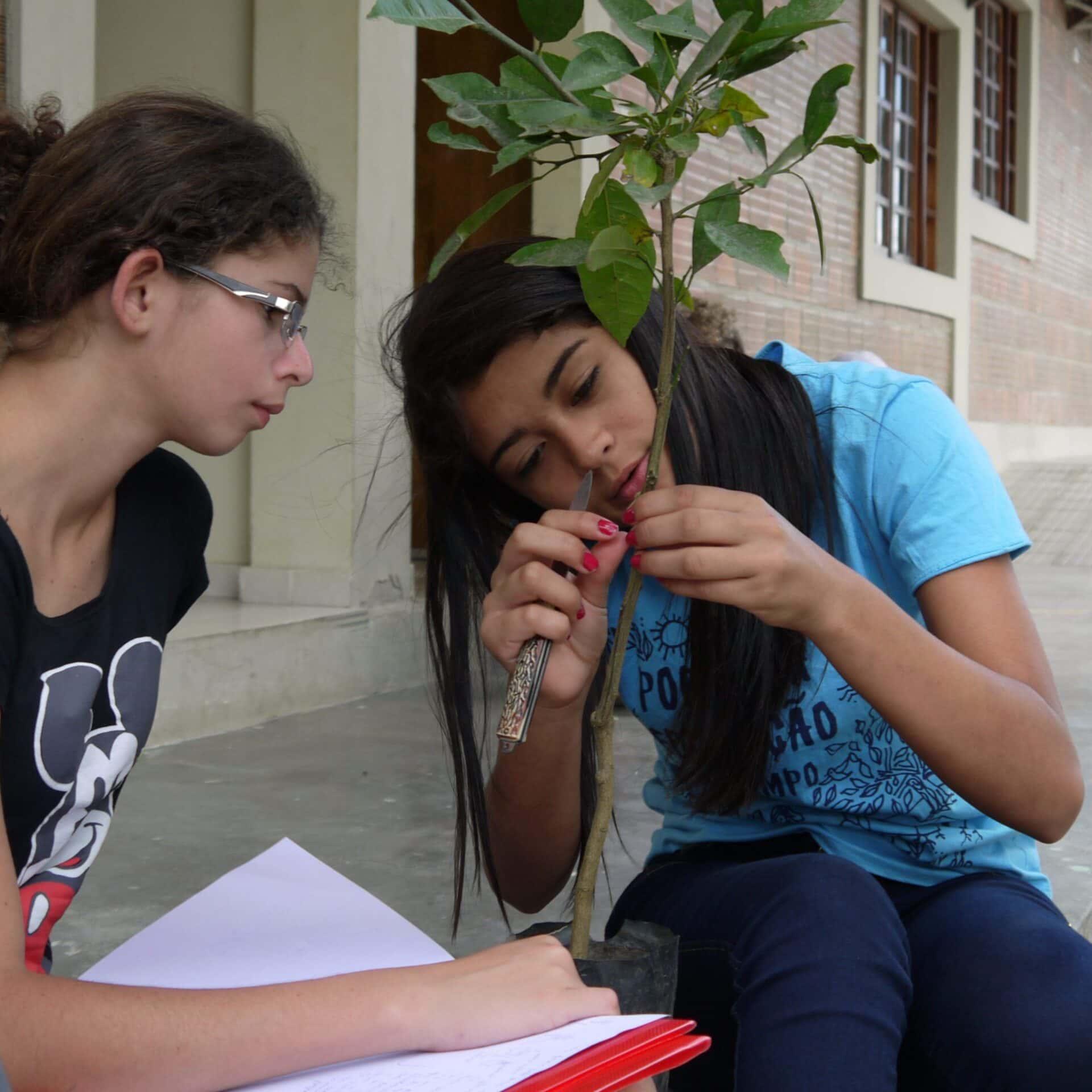 Zwei junge Frauen sitzen nebeneinander