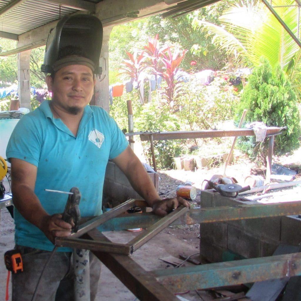 Ein Jugendlicher beim Elektroschweissen eines Stahlrahmens.