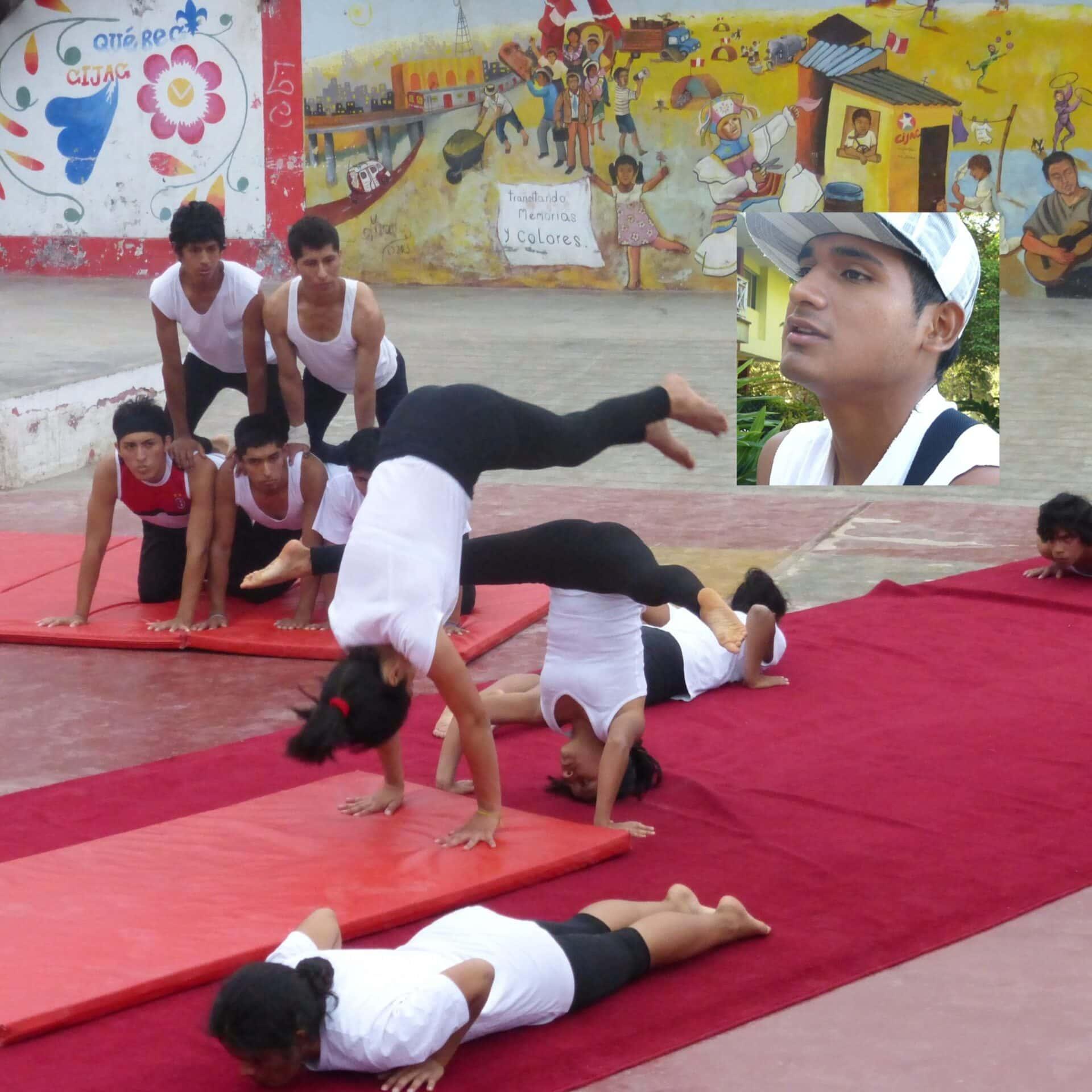 Eine Gruppe von Jugendlichen bei einer Zirkusaufführung.
