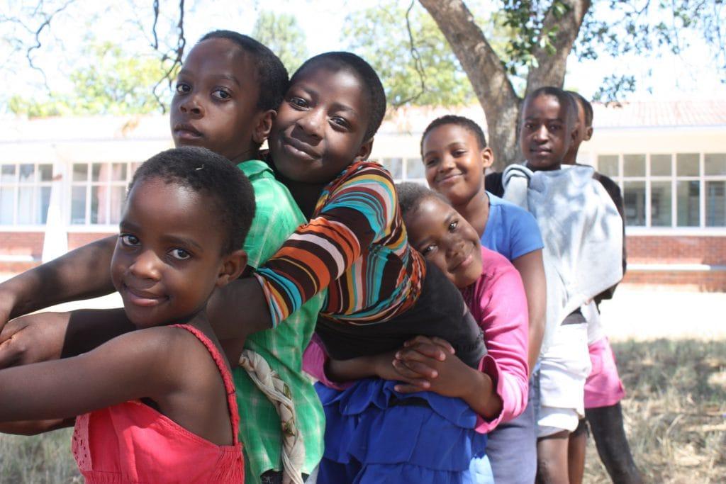 Kinder beim Seilziehen.