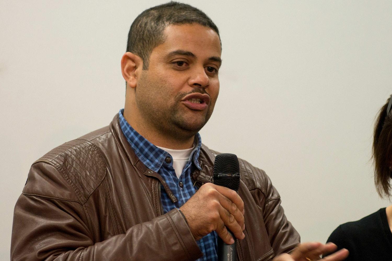 Adérito Caldeira steht mit einem Mikrofon.
