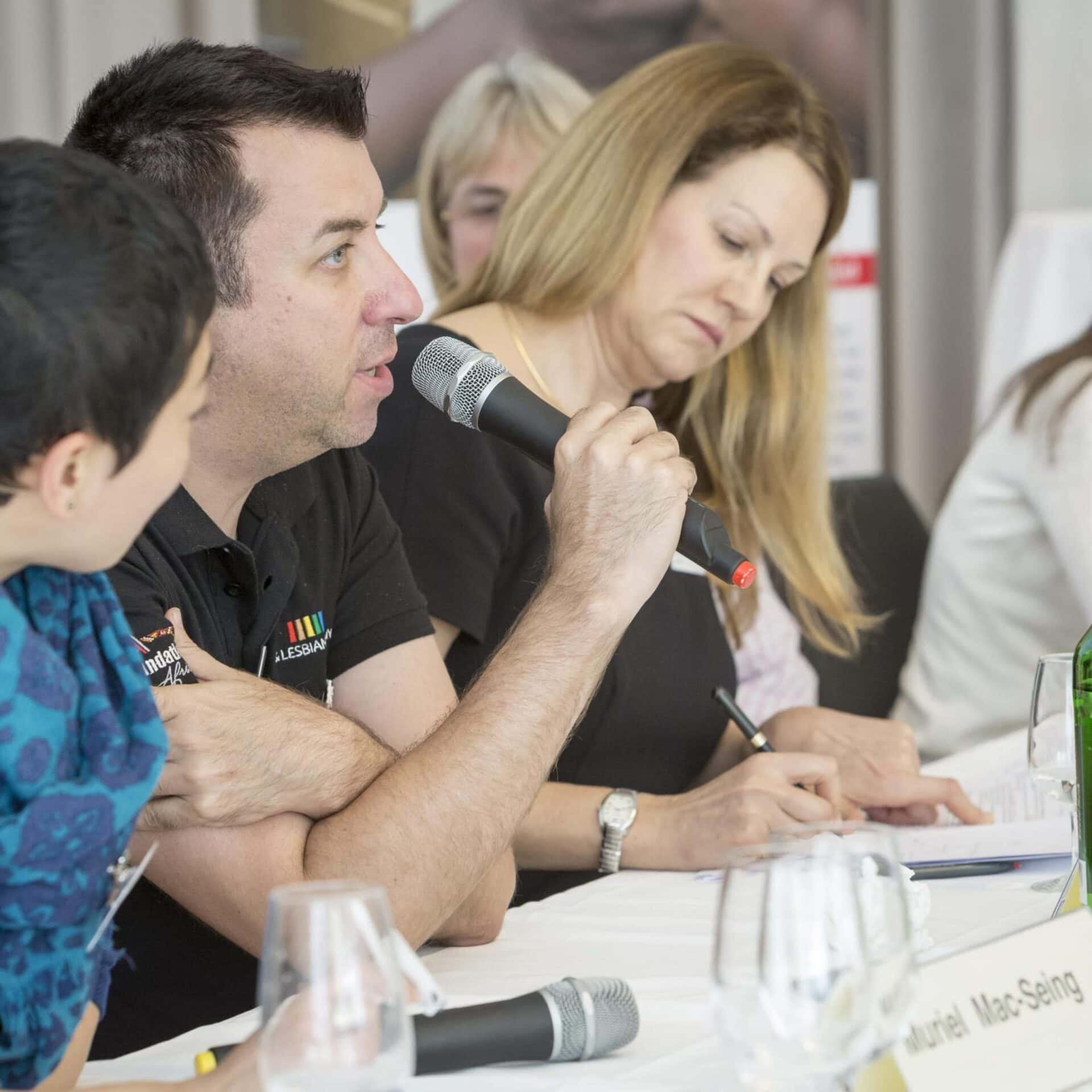 Seitenansicht auf die Teilnehmer der Panel-Diskussion an der aidsfocus-Konferenz 2015.