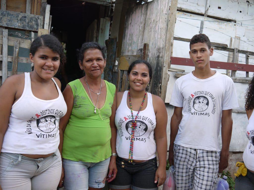 Gruppenfoto mit Jugendlichen und einer älteren Frau.