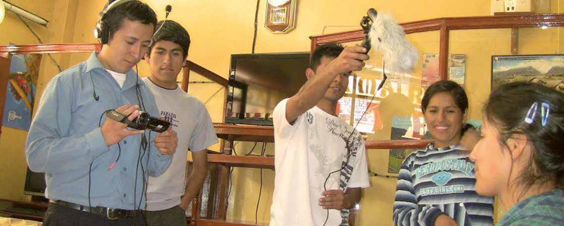 Jugendliche interviewen mit Kamera und Mikrofon andere Jugendliche.