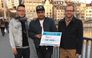 Elmir Duljaj und Lobsang Tenzin überreichen Markus Bütler einen grossen Check über 4050 Franken in Zürich.