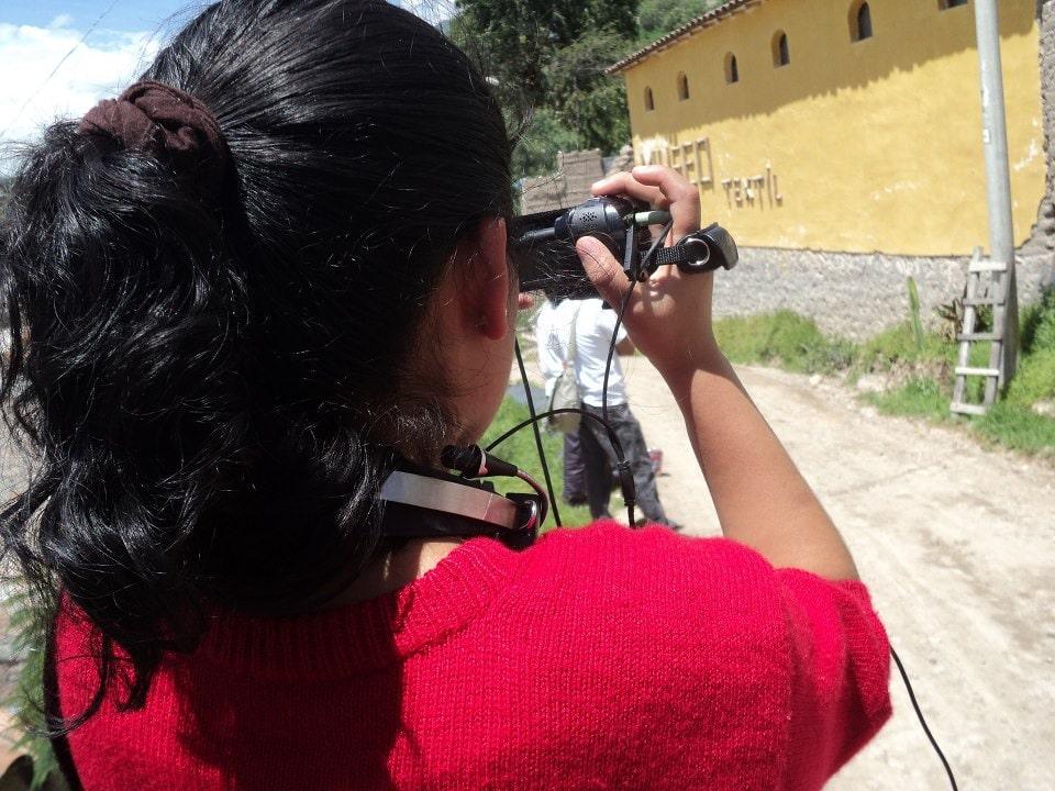 Mit der Kamera ausgerüstet suchen die Jugendlichen von Chaski in ihren Gemeinden Motive und Geschichten