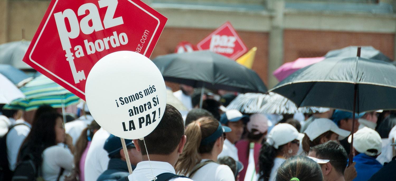 Viele Menschen halten rote Schilder mit der weissen Aufschrift