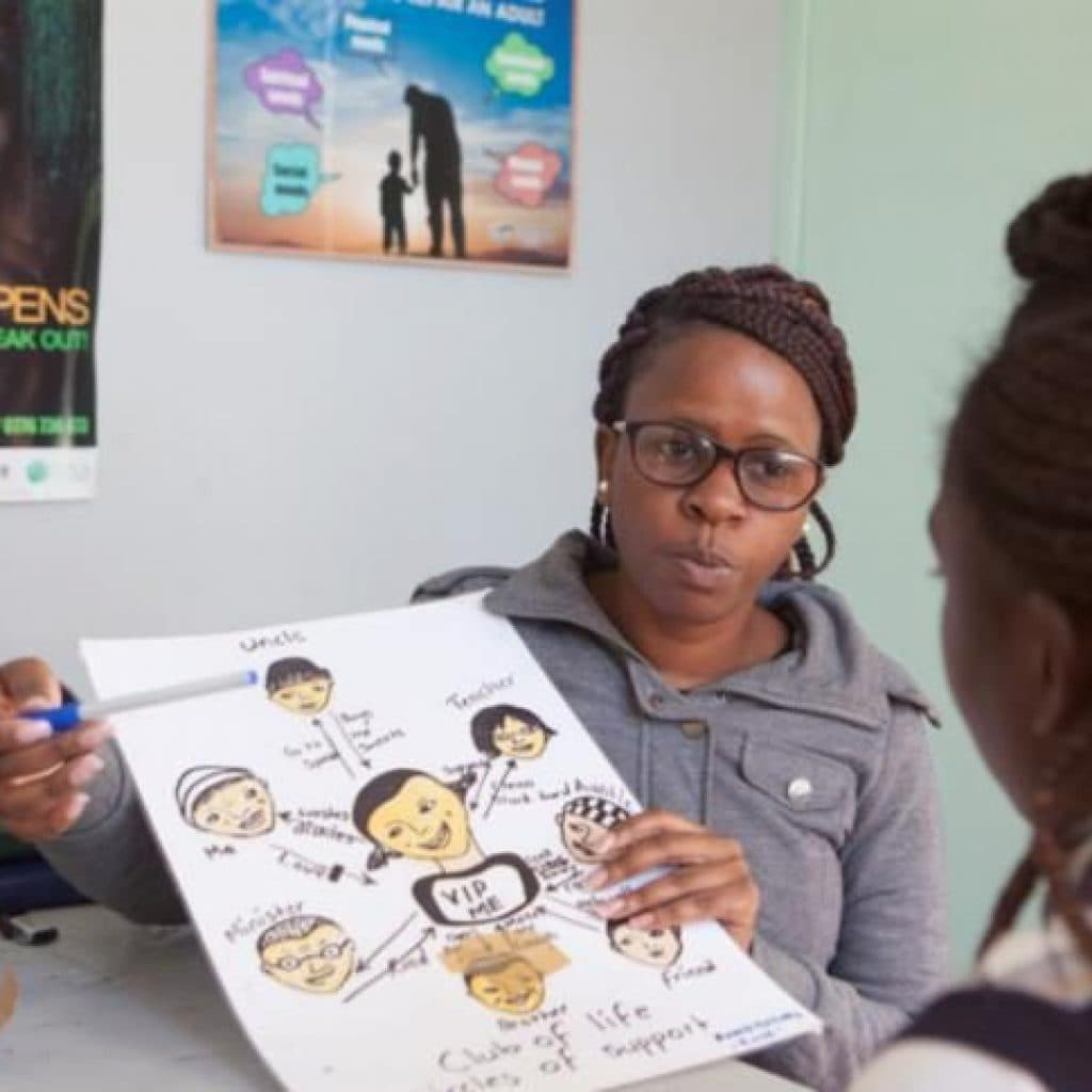 The counsellor of a contact point explains a graphic on paper.