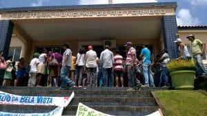 Eine grosse Menge Menschen vor dem Verwaltungsgebäude von Rio Formoso.
