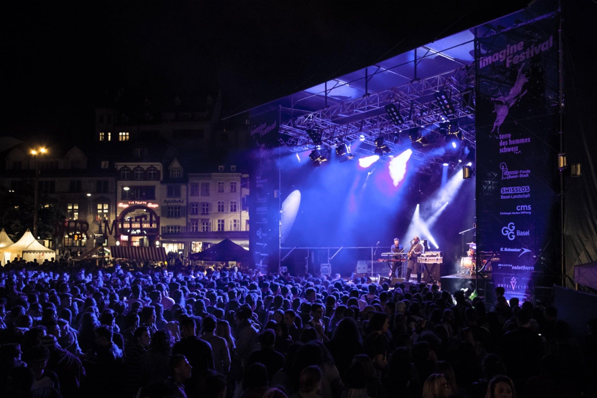 Konzert auf dem Barfüsserplatz und die Bühne ist in blau-violettes Licht getaucht.
