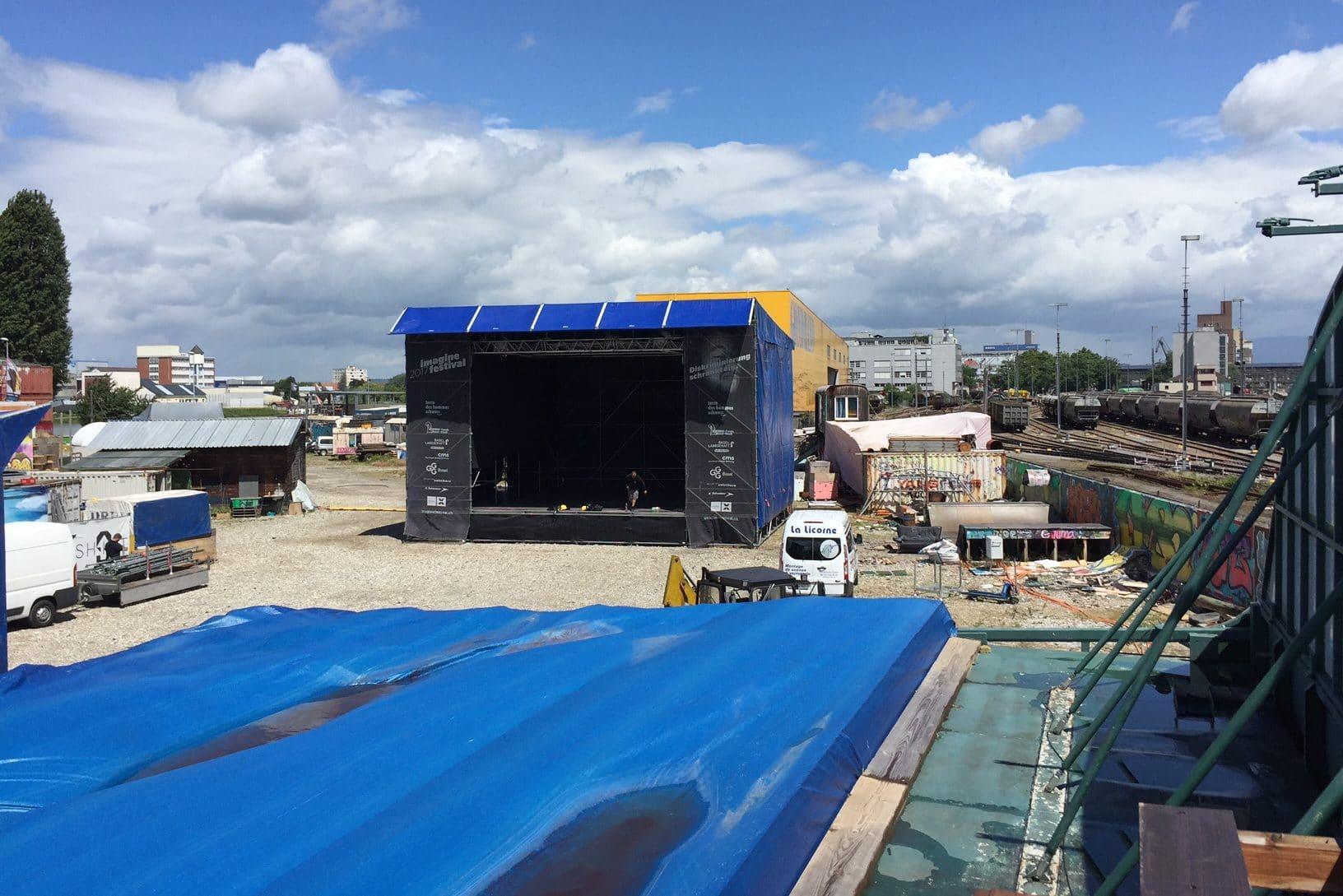 Aufbau der Hauptbühne. Bühne im Hintergrund. Von oben fotografiert.