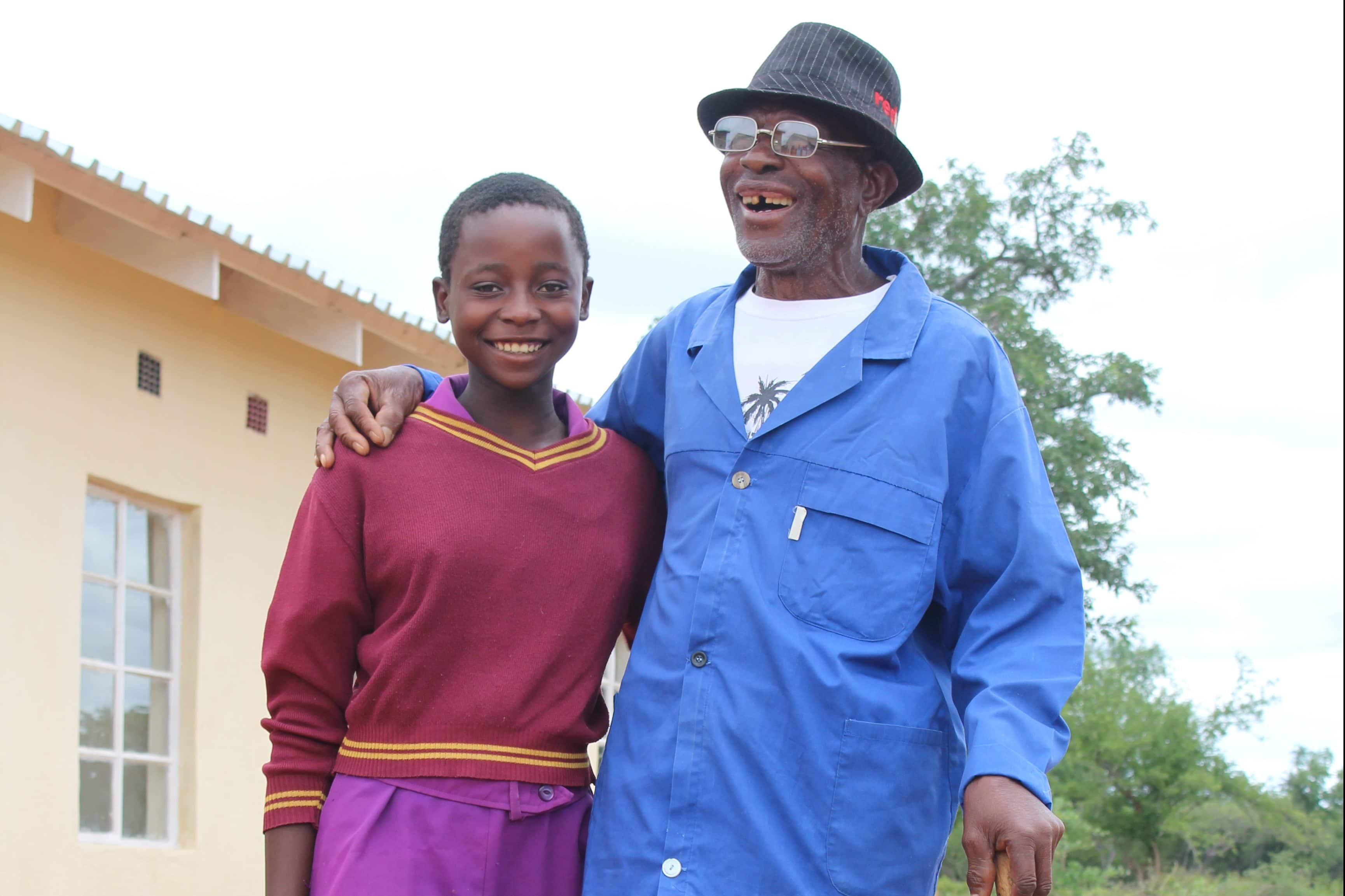 Nobuhle Moyo und ihr Grossvater. Bekezela hilft den Erwachsenen die Situation und Gefühle ihrer Kinder besser zu verstehen.