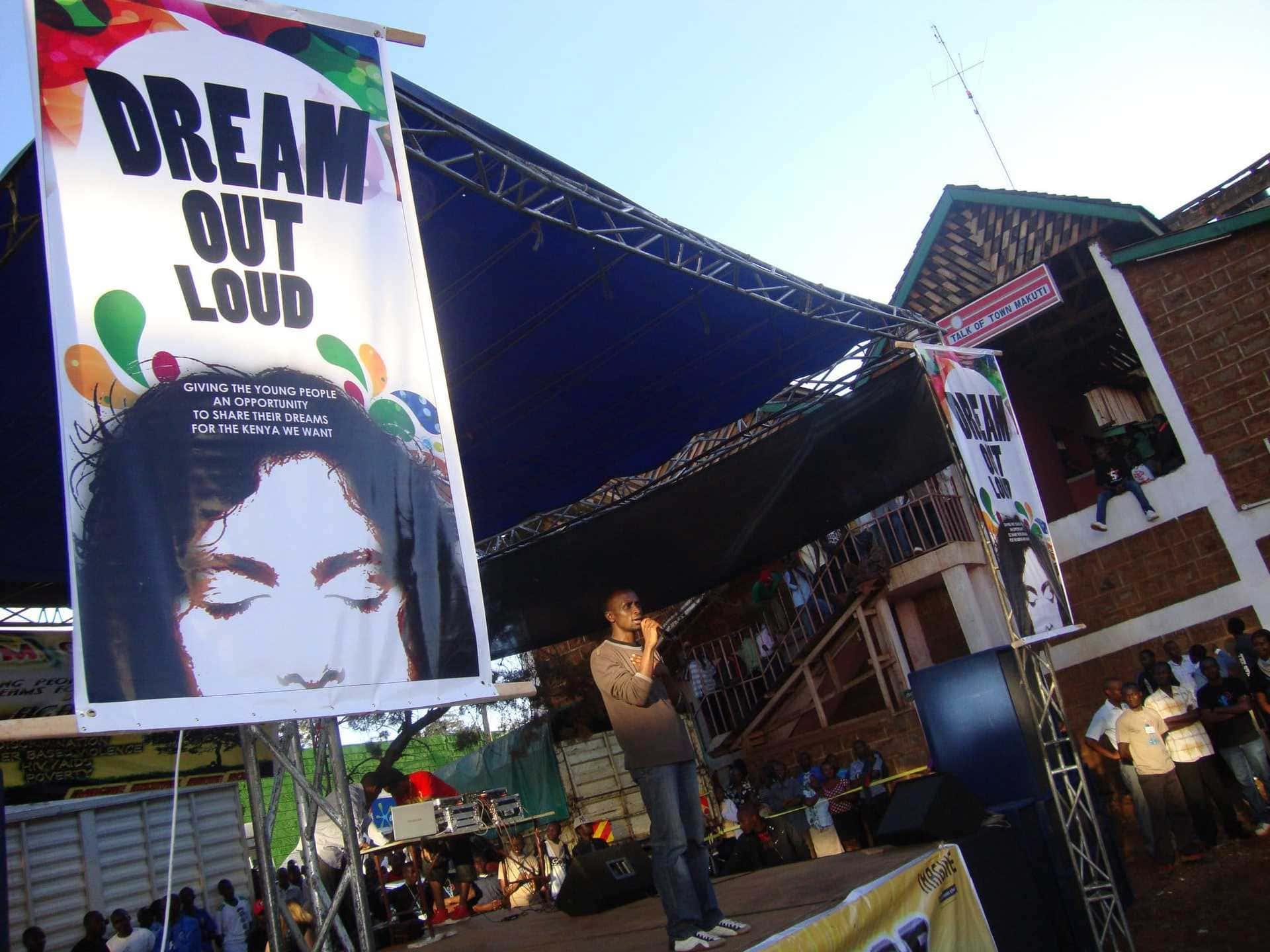 Die Bühne von imagine Kenia aus dem Jahr 2011. Auf dem Plakat ist das damalige Motto zu sehen: Dream out loud.