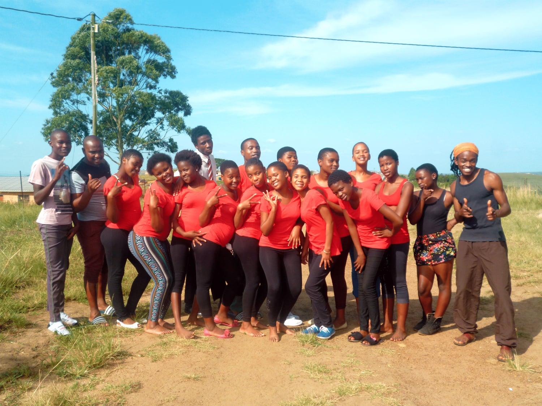 Gruppenbild mit 18 Jugendlichen in roten T-shirts.