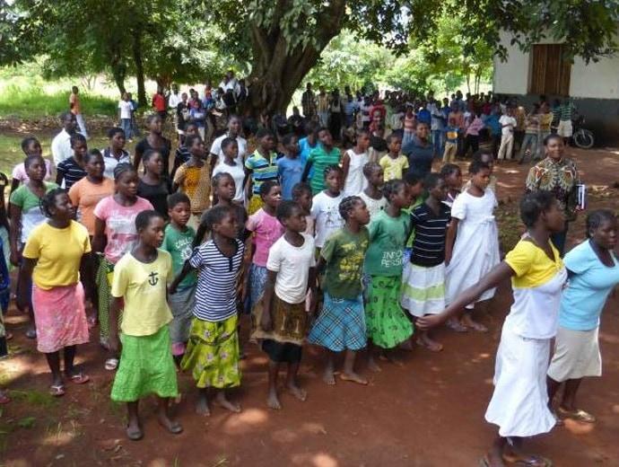 Duzende von Mädchen und Frauen tanzen zusammen in der Gruppe.