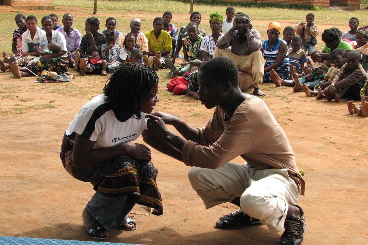 Zwei Jugendliche spielen vor Publikum eine Theaterszene.