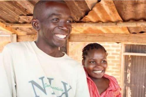 Jugendliche aus dem Projekt Kividea an einem Gemüse und Früchtestand.