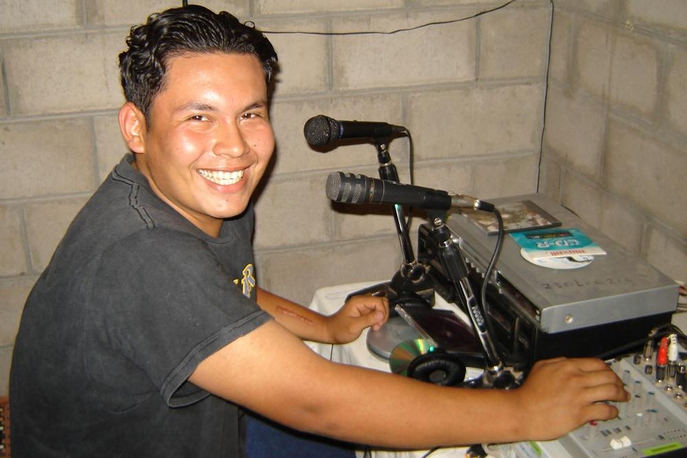 Ein junger Mann macht lokales Radio in Chalate.