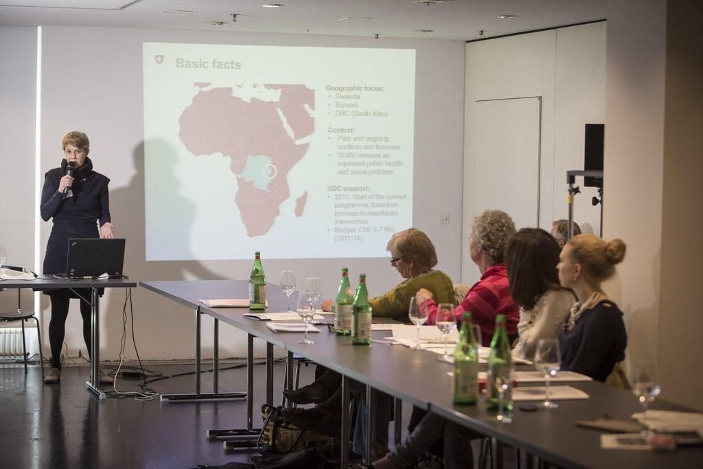 Marie Gilbrin spricht vor dem Publikum der aidsfocus-Konferenz.