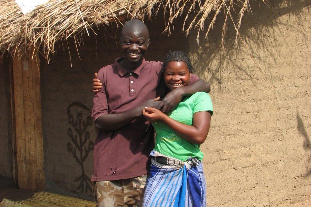 Ein junges Paar aus Moçambique vor ihrem eigenen Haus.