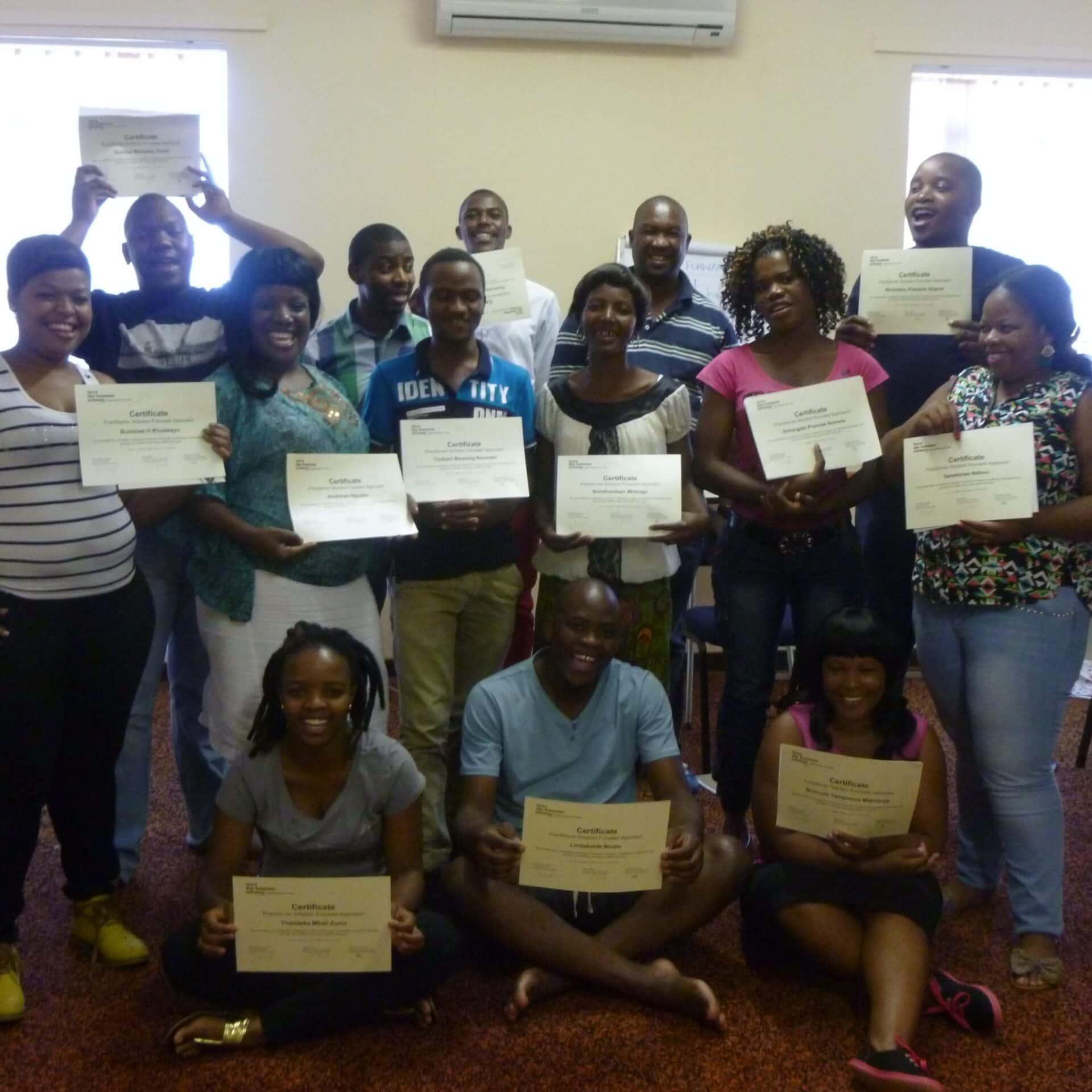 15 junge Südafrikanerinnen und Südafrikaner erhielten ihr Zertifkikat für den abgeschlossenen Kurs im Lösungsorientierten Ansatz.