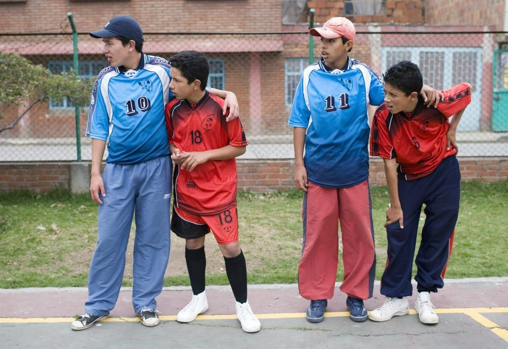 Jugendliche aus Kolumbien beim gemeinsamen Fussballspielen.