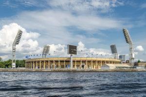 Weit entfernte Aufnahme des Fussballstadions in St. Petersburg