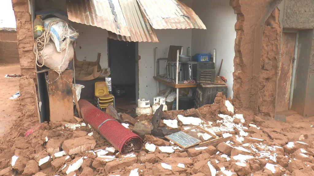 Sintflutartige Regenfälle haben die Sahraouischen Flüchtlingslager im Süden Algeriens unter Wasser gestetz. Viele Häuser wurden völlig zerstört oder sind nun einsturzgefährdet.