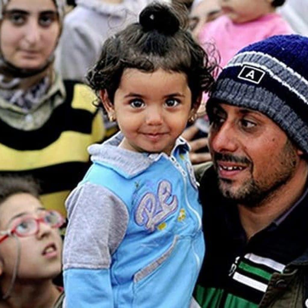 Ein syrischer Mann mit seiner Tochter