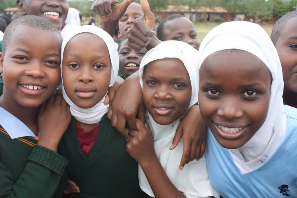 Gruppenfoto mit Mädchen und jungen Frauen.