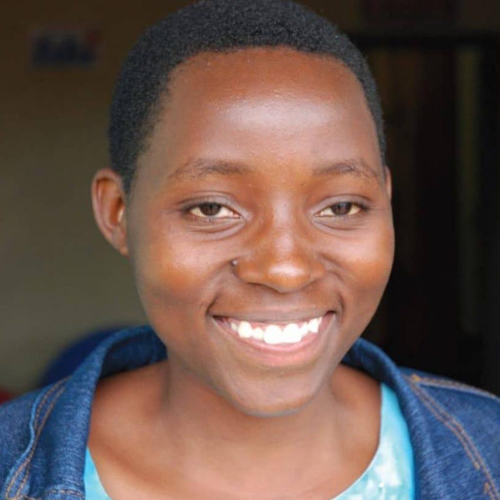 Portrait von Ashula, Fischverkäuferin aus Tansania, 16 Jahre
