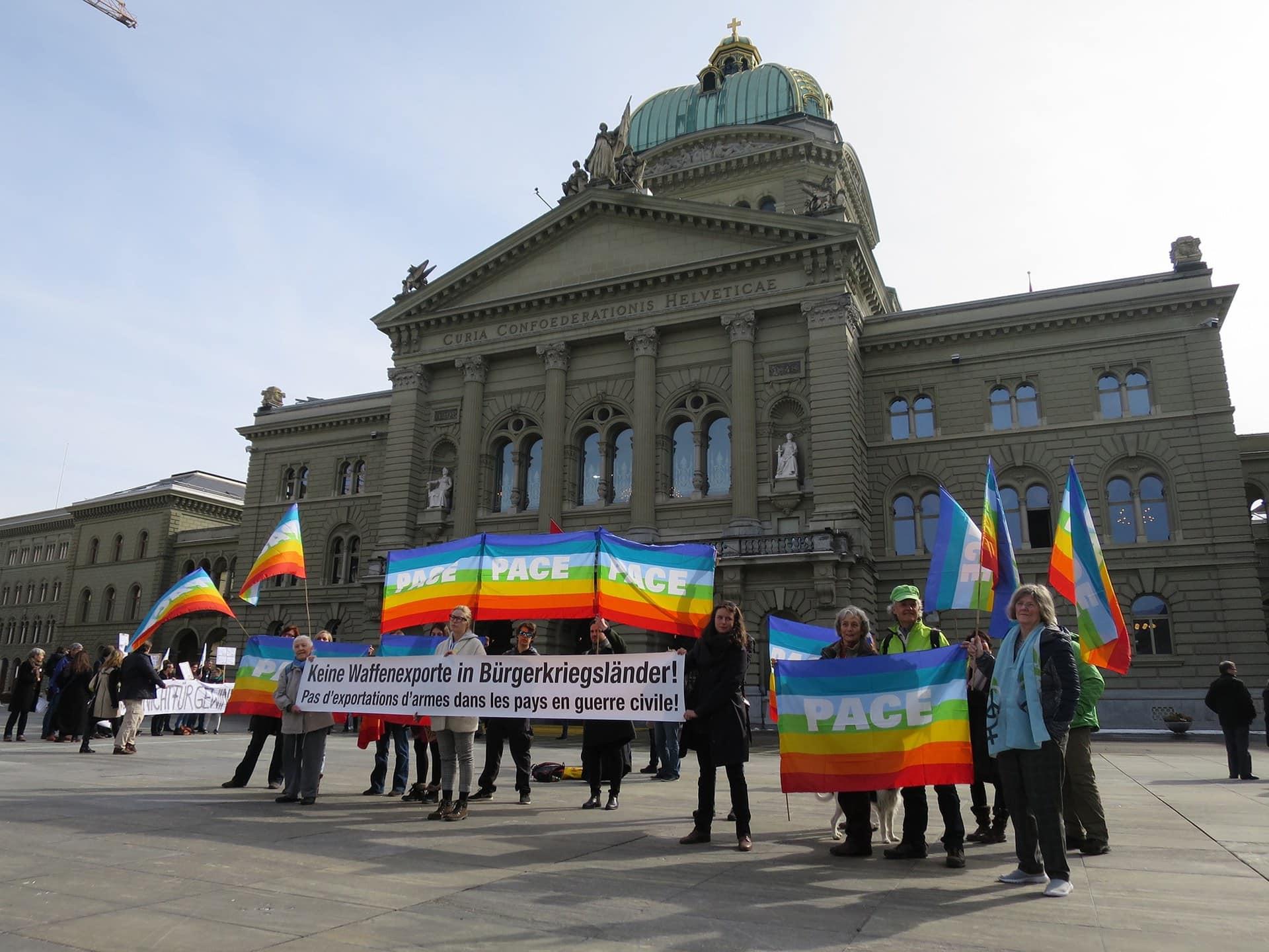 Menschen mit Pace-Fahnen vor dem Bundeshaus.