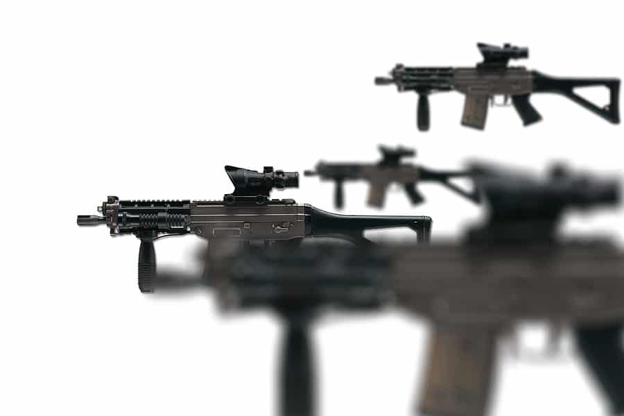 Mehrere SIG 551 Gewehre auf weissem Grund.