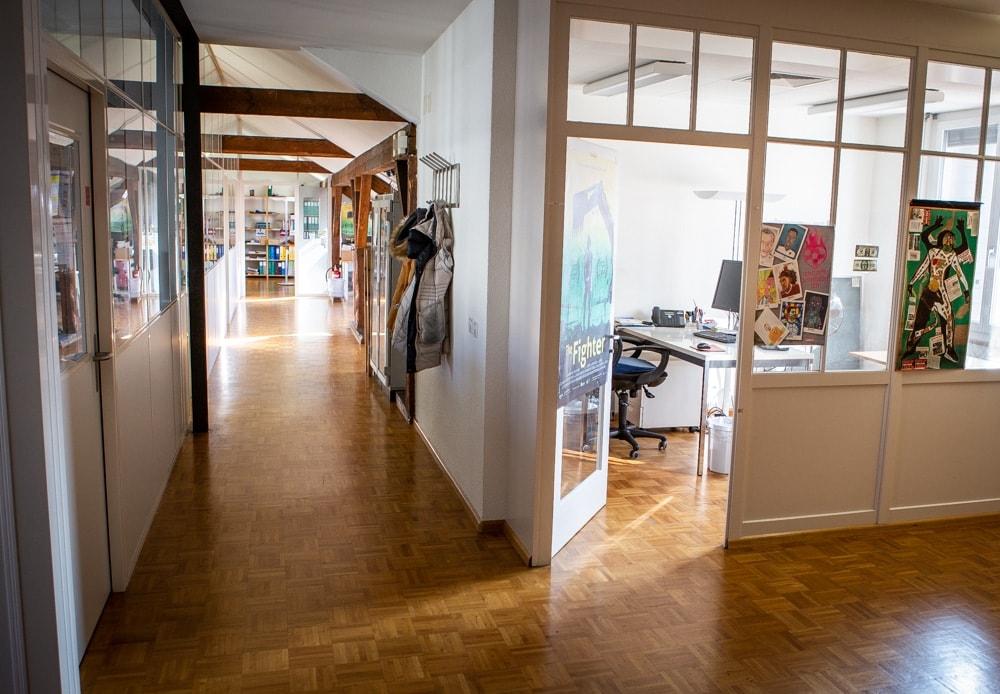 Helle Büroräume mit Parkettboden und Dachschrägen.