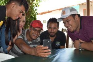 Junge Menschen machen ein Selfie