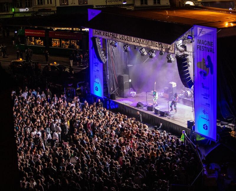 imagine-Bühne in der Nacht von oben mit Publikum