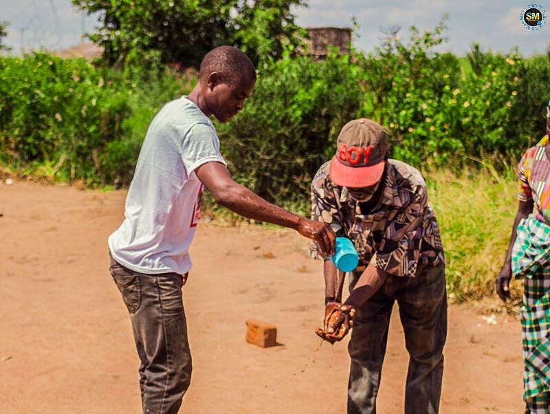 Jugendliche zeigen, wie richtiges Händewaschen geht.