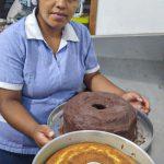 Gudelia mit zwei grossen runden Kuchen