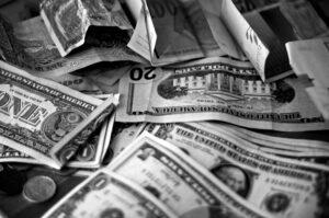 Schwarzweiss US-Dollar und Cents übereinander