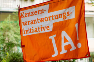 Orange KVI-Flagge an einer Wäscheleine
