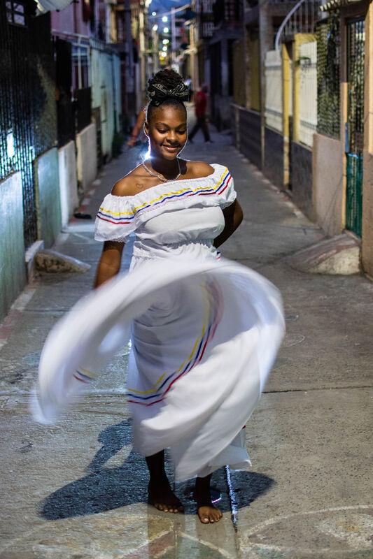 Hillary Hidalgo Nuñez tanzt auf der Strasse.
