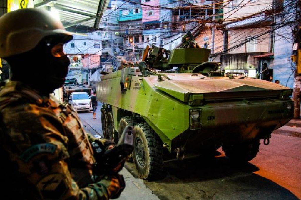 3MB_Militär-Einsatz-mit-Mowag-Panzerfahrzeug-im-Stadtviertel-Rocinha-in-Rio_Photo-Bruno-Itan-PD-tdh-schweiz-min