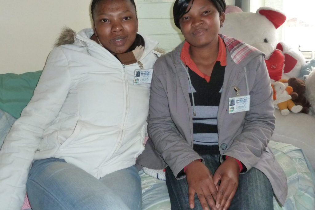 Nondumiso Gule (l.) und Haniffa Nzama (r.) von der südafrikanischen Organisation LifeLine betreuen im von ihnen aufgebauten Krisenzentrum von sexueller Gewalt betroffene Menschen.
