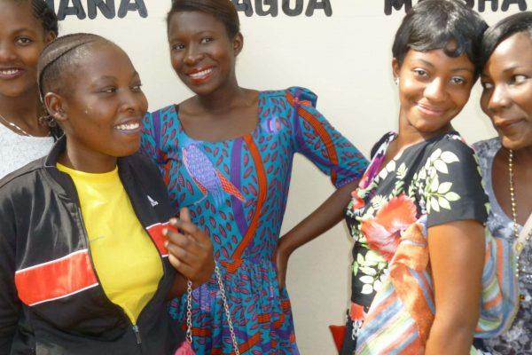 Gruppenbild mit fünf jungen Frauen aus Tansania.