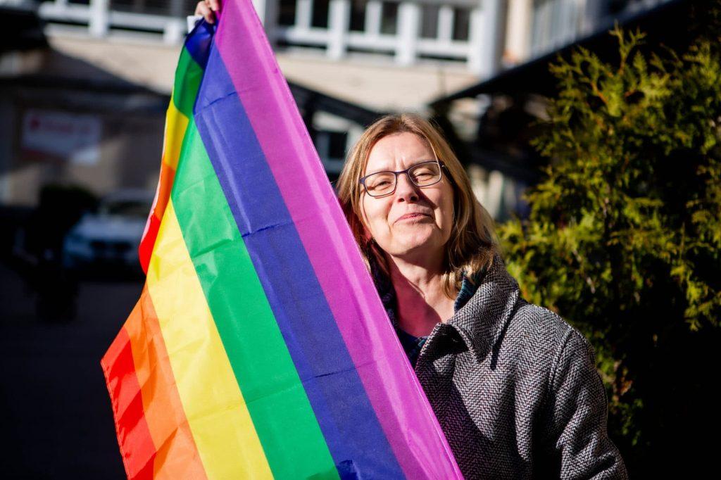 Franziska Lauper Mit Regenbogenfahne IMG 7307