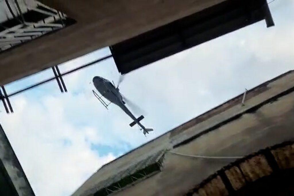 Hubschrauber über Den Dächern