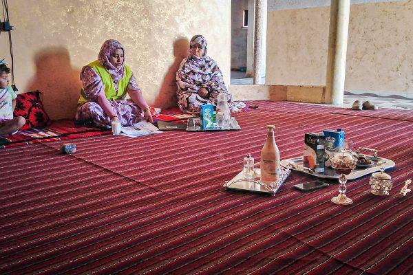 Sahrauische Jugendliche informieren, wie sich die Menschen gegen das Virus schützen.
