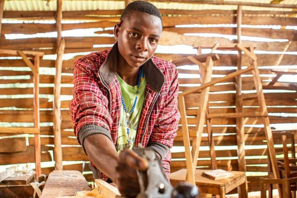 In der Werkstatt baut Mberwa an seiner Zukunft