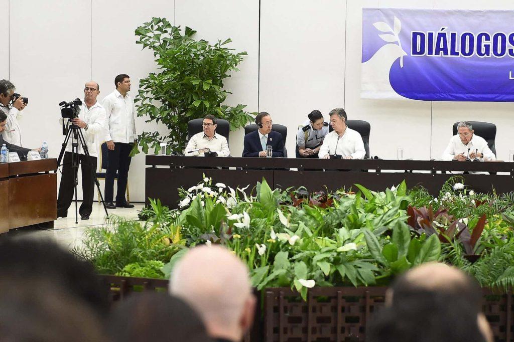 Herren mit weissen Hemden sitzen an einem Konferenztisch. Eine Pressekonferenz.